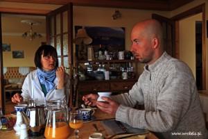 Poważne dysputy przy stole. Jeden z rozmówców nie bardzo rozumie o co chodzi? :)