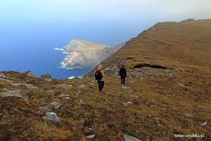 Schodzimy z Góry Croaghaun i kierujemy się w stronę Góry Slievemore. Po lewej pięknie oświetlony Saddle Head.
