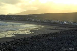 Wielka plaża w Keel. Kamienie, piasek, przypływ...