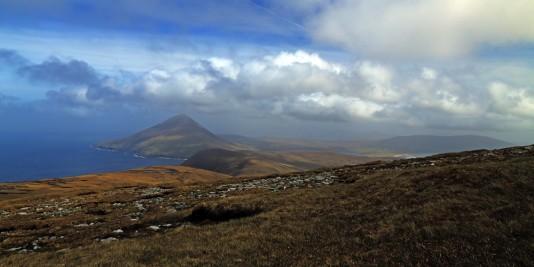 W oddali Góra Slievemore, druga co do wielkości na Wyspie Achill (672m n.p.m.)