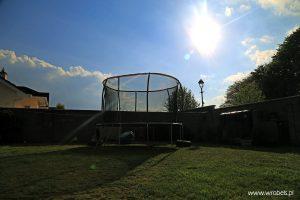 Trampolina skąpana w słońcu